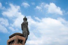 Die große Buddha-Statue in der stehenden Haltung, angesehen von der Rückseite mit Himmelhintergrund Stockfotografie