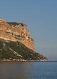 Die große Felsen Schutzkappe Canaille in Südfrankreich Stockbilder