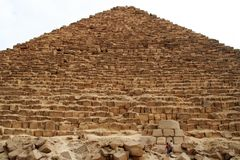 Die große Pyramide auf der Giseh-Hochebene an der Dämmerung Lizenzfreies Stockbild