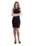 Die große schlanke junge Frau im kurzen schwarzen Kleid Lizenzfreie Stockfotografie