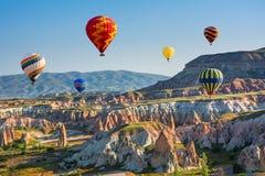 Die große Touristenattraktion von Cappadocia - Ballonfahrt schutzkappe stockbilder