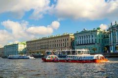 Die großen alten und kleinen Einsiedlereigebäude auf dem Palastdamm von Neva-Fluss in St Petersburg, Russland Stockbilder