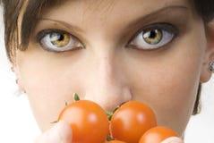 Die großen Augen und die Tomate Lizenzfreies Stockfoto