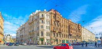 Die großen Gebäude in Liteyny-Allee von St Petersburg Stockfotos