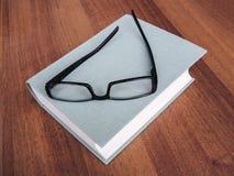 Die großen grünen Blinddeckel Buch und Gläser Lizenzfreie Stockfotos