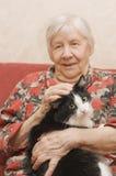 Die Großmutter mit einer Katze Stockbilder