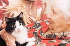 Die Großmutter mit einer Katze Lizenzfreie Stockfotografie