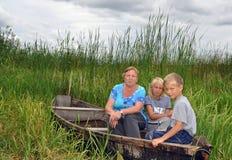Die Großmutter mit Enkeln Lizenzfreie Stockbilder