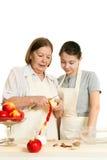 Die Großmutter unterrichtet die Enkelin Lizenzfreies Stockfoto
