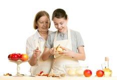 Die Großmutter unterrichtet die Enkelin, eine Schale von abzuschneiden Stockbilder