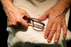 Die Großmutterhände und -gläser für Vision Lizenzfreies Stockfoto