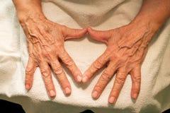 Die Großmutterhände und -gläser für Vision Stockfotos