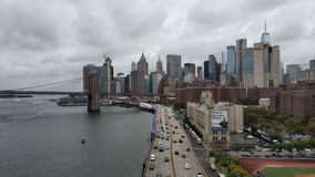 Die gro?e Ansicht von Manhattan und von Brooklyn-Br?cke lizenzfreies stockfoto