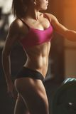 Die grobe athletische Frau, die oben pumpt, mischt mit mit Stockfoto
