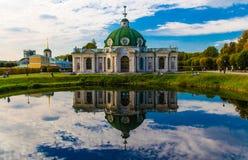 Die Grotte Pavillon Sommerpalast russischen Prinzen reflektierte sich in einem Teich Kuskovo-Landsitz moskau Russland stockfotos