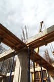 Die Grundlage des zweiten Stocks des Hauses mit Metall verstärkend, beansprucht stark Stockfotografie