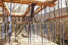 Die Grundlage des zweiten Stocks des Hauses mit Metall verstärkend, beansprucht stark Stockfotos