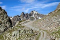 Die Grundstraße in den mounains stockbilder
