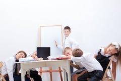 Die Gruppe von den Jugendlichen, die in einem Geschäft sitzen stockfotos