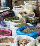 Die Gruppe von Kräutern im Lebensmittelgeschäft mit selektivem Fokus an blauem b Lizenzfreies Stockbild