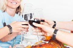 Die Gruppe von Personen, die einiges hat, trinkt zusammen Stockfotografie