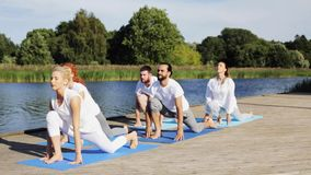 Die Gruppe von Personen, die Yoga macht, trainiert draußen stock video footage