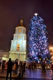 Die Gruppe von Personen und der Glockenturm von Heiliges Sofias-Kathedrale und von neues Jahr-Baum Stockfotografie