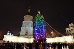 Die Gruppe von Personen und der Glockenturm von Heiliges Sofias-Kathedrale und von neues Jahr-Baum Lizenzfreie Stockfotografie
