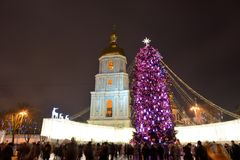 Die Gruppe von Personen und der Glockenturm von Heiliges Sofias-Kathedrale und von neues Jahr-Baum Stockfoto