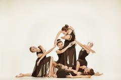 Die Gruppe von Tänzern des modernen Balletts stockbilder