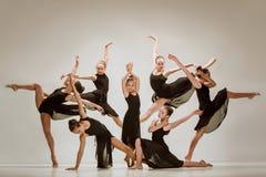 Die Gruppe von Tänzern des modernen Balletts stockfotografie