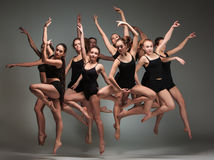 Die Gruppe von Tänzern des modernen Balletts Stockfotos