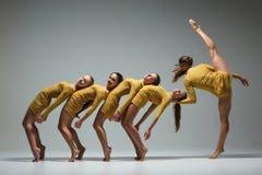 Die Gruppe von Tänzern des modernen Balletts lizenzfreies stockfoto