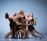 Die Gruppe von Tänzern des modernen Balletts stockfoto