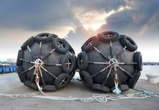 Die Gummiflossboje des großen Schiffsschutzes stockbilder