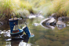 Die Gummistiefel des Kindes im Fluss Stockbilder
