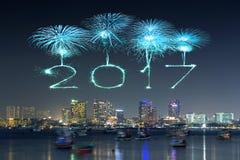 Die 2017 guten Rutsch ins Neue Jahr-Feuerwerke über Pattaya setzen nachts, Thail auf den Strand Lizenzfreie Stockbilder