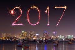 Die 2017 guten Rutsch ins Neue Jahr-Feuerwerke über Pattaya setzen nachts, Thail auf den Strand Lizenzfreie Stockfotos