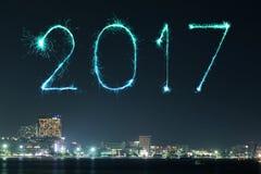 Die 2017 guten Rutsch ins Neue Jahr-Feuerwerke über Pattaya setzen nachts, Thail auf den Strand Stockbilder
