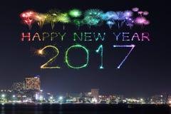 Die 2017 guten Rutsch ins Neue Jahr-Feuerwerke über Pattaya setzen nachts, Thail auf den Strand Stockfoto