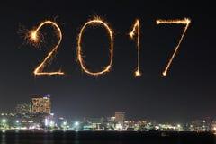 Die 2017 guten Rutsch ins Neue Jahr-Feuerwerke über Pattaya setzen nachts, Thail auf den Strand Stockbild