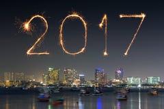 Die 2017 guten Rutsch ins Neue Jahr-Feuerwerke über Pattaya setzen nachts, Thail auf den Strand Stockfotos