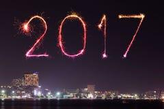 Die 2017 guten Rutsch ins Neue Jahr-Feuerwerke über Pattaya setzen nachts, Thail auf den Strand Lizenzfreie Stockfotografie