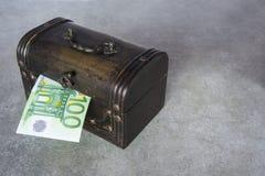 Die Hälfte von hundert Euro im Kastenkasten stockfotos