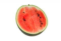 Die Hälfte Wassermelonenrot auf Isolatweißhintergrund Stockfotos