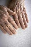 Die Hände der alten Frau, ein Buch mit Blindenschrift-Sprache lesend Stockfotos