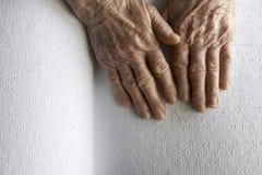 Die Hände der alten Frau, ein Buch mit Blindenschrift-Sprache lesend Lizenzfreies Stockfoto