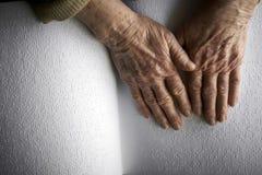 Die Hände der alten Frau, ein Buch mit Blindenschrift-Sprache lesend Stockfotografie