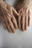 Die Hände der alten Frau, ein Buch mit Blindenschrift-Sprache lesend Lizenzfreies Stockbild