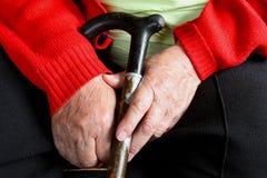 Die Hände der alten Frau mit Stock Stockfotos